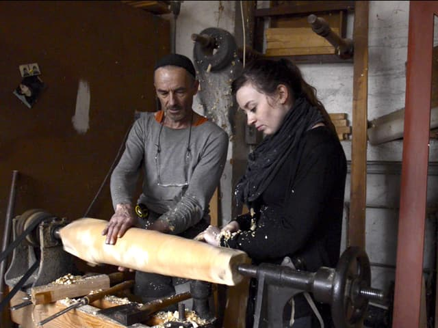 Julian und Julia Furer an der Drechselbank.