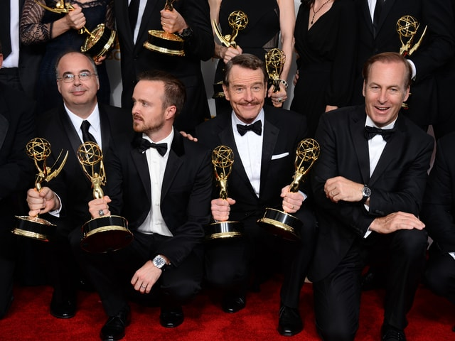 Vier Männer halten einen Emmy in die Kamera