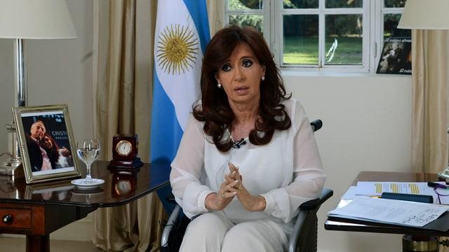 Cristina Kirchner sitzt während ihrer Fernsehansprache in ihrem Zuhause im Rollstuhl. (reuters)