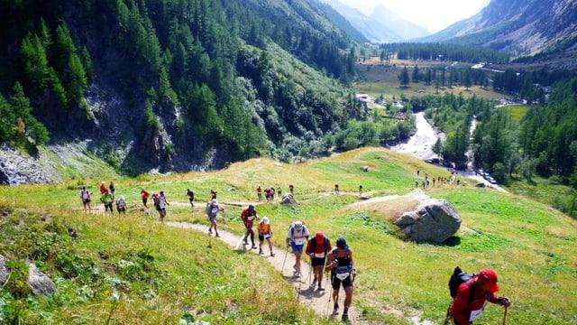 Leute wandern den Berg hinauf