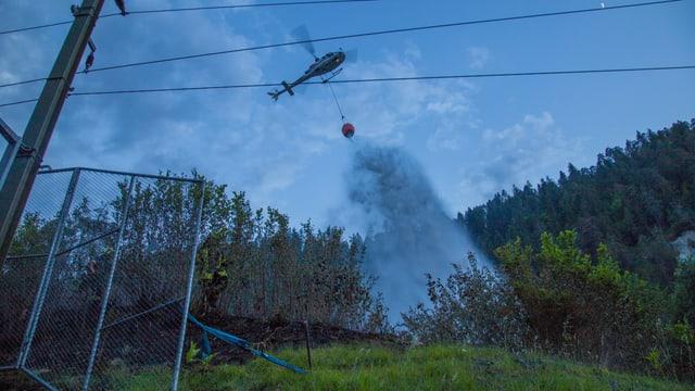 In helicopter derscha l'aua sur il fieu.