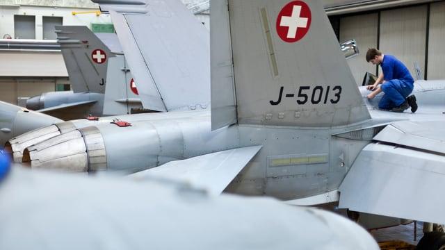 Ils aviuns d'armada F/A-18 vegnan reparads.