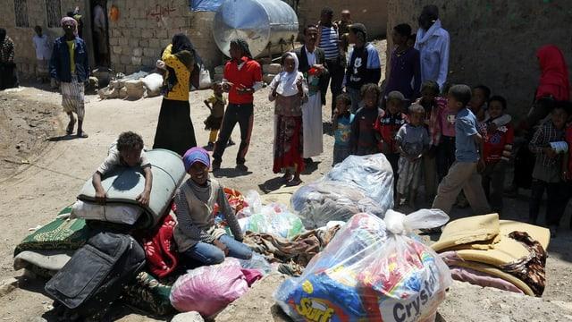 Jemenitische Zivilisten bereiten sich auf ihre Flucht vor.