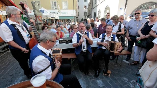 Spontanes Ständchen einer Ländlerformation in der Churer Altstadt 2011