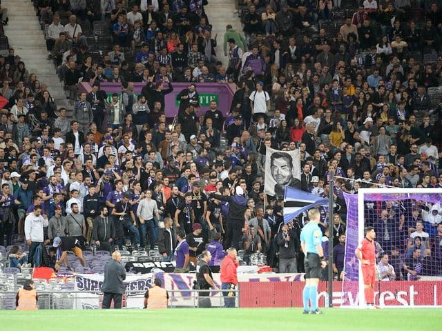 Fans schauen gebannt aufs Spielfeld.