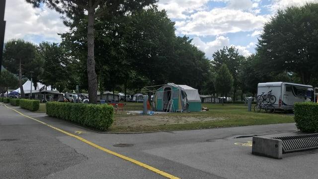 Das Wetter durchzogen, die Lust am Zelten gross: Erste Urlauber schlagen in Tenero ihre Zelte auf.