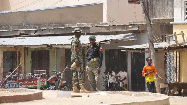Sicherheitskräfte bewachen einen Markt, auf dem eine Bombe explodiert war