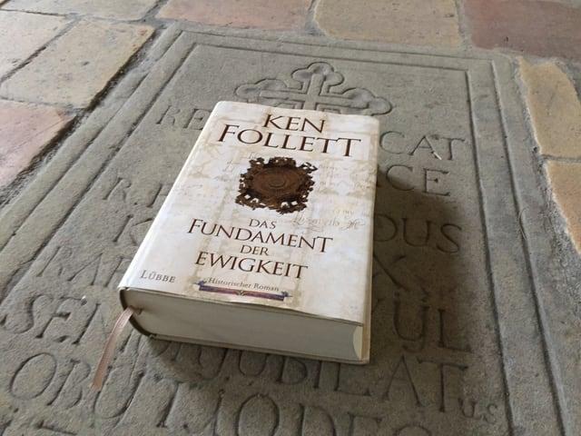 Ken Folletts Roman «Das Fundament der Ewigkeit» liegt auf einer Grabsteinplatte