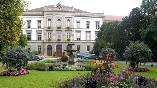 Blick auf den Haupteingang der Klinik Königsfelden.