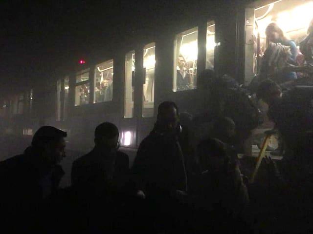 U-Bahn-Wagen in völliger Dunkelheit. Überall ist Rauch.