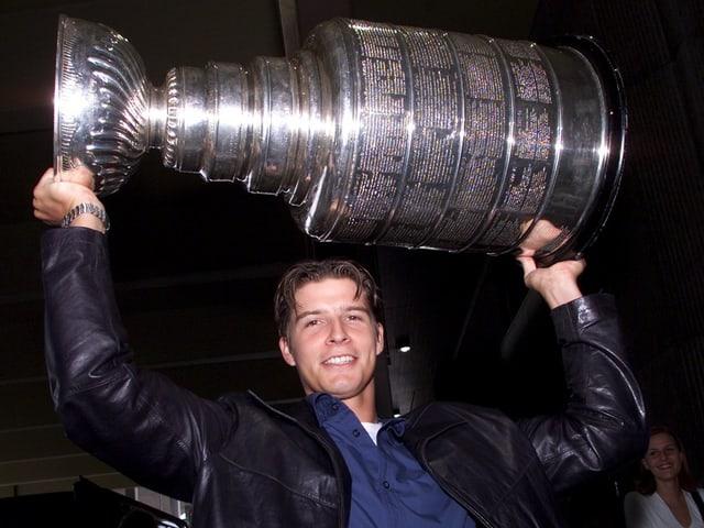 David Aebischer mit dem Pokal 2001.