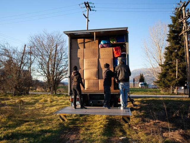 Ein mit Kisten gefüllter Lastwagen