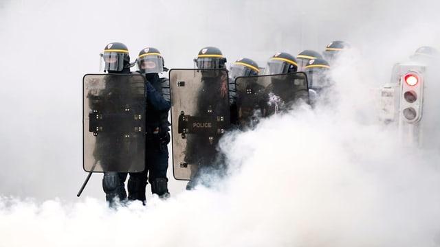 Polizei im Tränengasnebel.