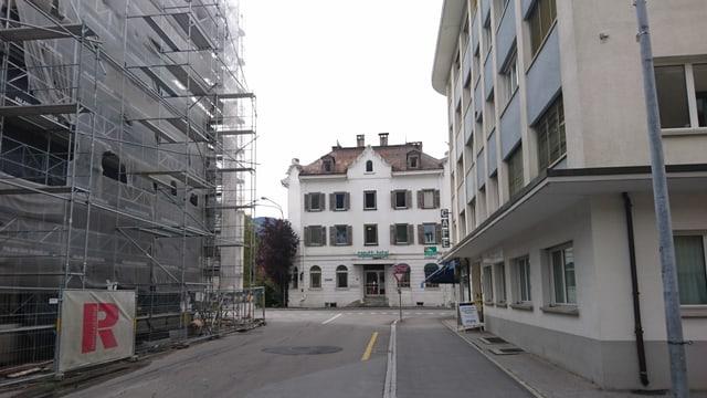 L'Hotel Casutt sa chatta gist dasper il plazzal da la surbajegiada «marcau» en il center da la citad da Glion.