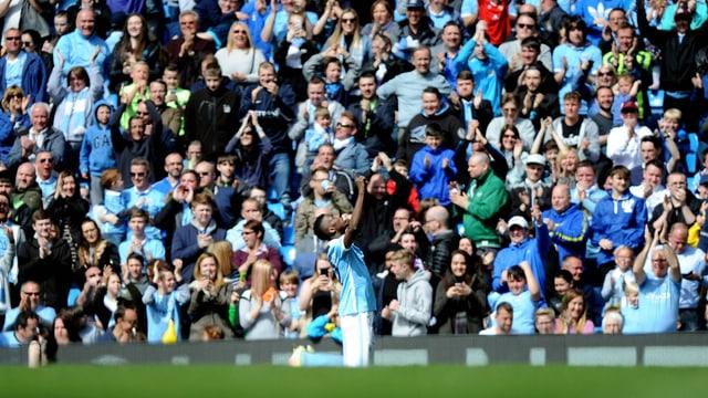Die Massen in Manchester bejubeln mit dem Nigerianer seinen ersten von zwei Treffern.