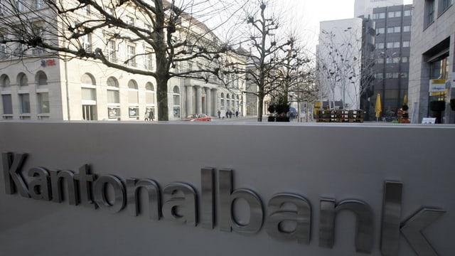 Logo der Kantonalbank, im Hintergrund die Aarauer Bahnhofstrasse mit dem alten UBS-Gebäude.