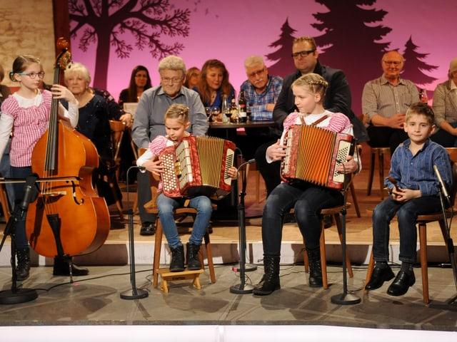 Die Formation Zmoos-Art mit Florine (Kontrabass), Cynthia und Nadine (Akkordeon) und Luca Zmoos (Chlefeli)