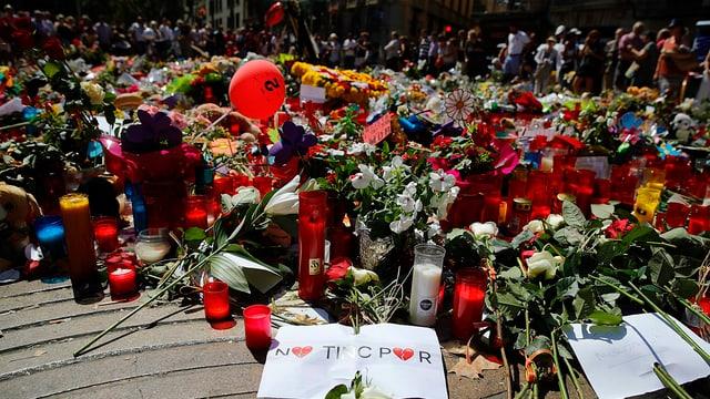 Blumen und Kerzen auf dem Boden