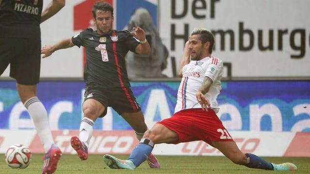 HSV-Mittelfeldspieler Valon Behrami (rechts) klärt gegen Bayern Juan Bernat.