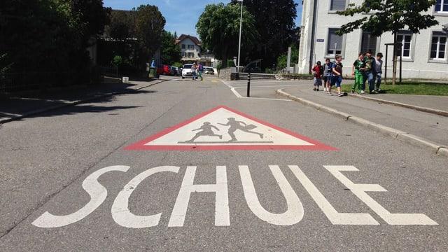 Strasse mit Aufschrift «Schule»
