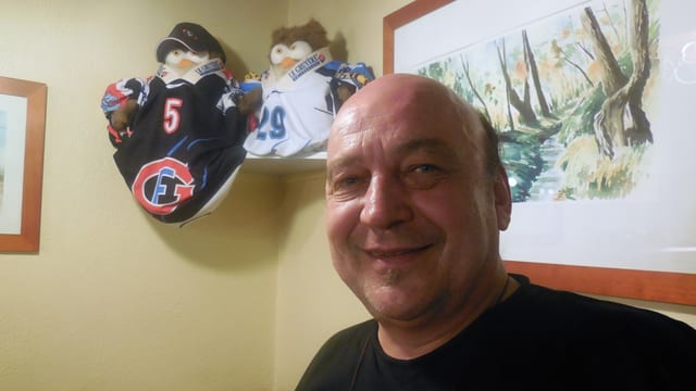 Eishockey gehört ins Freiburger Quartierbeizlein Marcello - und zu Gastgeber André Schumacher.