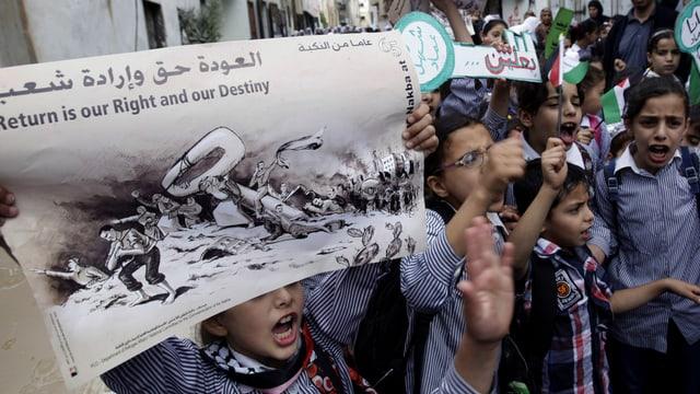 Palästinensische Jugendliche demonstrieren für Rückkehr.