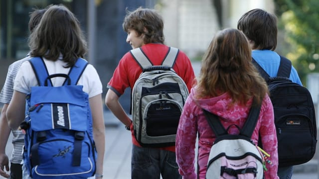 Schüler auf einer Strasse