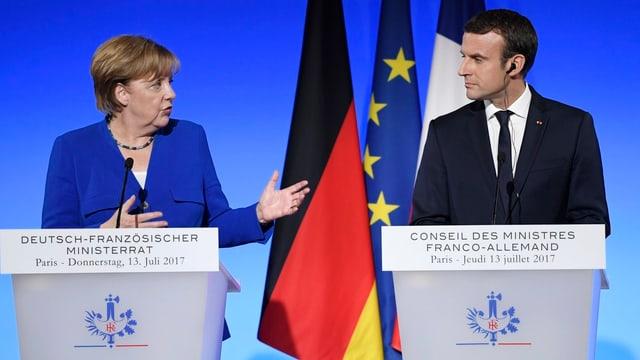 Merkel und Macron an Rednerpulten