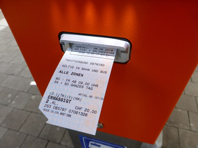 Bahnbillett kommt aus dem Automaten.