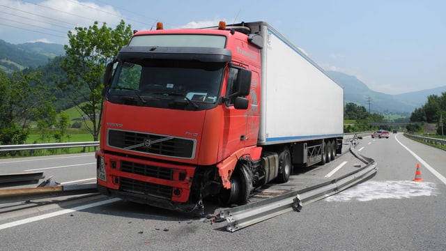Ein demolierter Lastwagen auf der Autobahn A14.