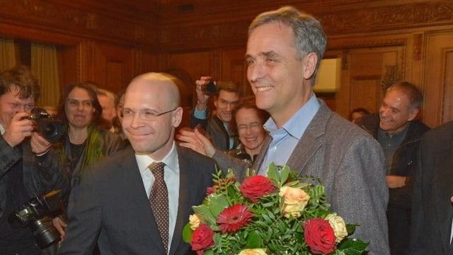 Der neue Regierungsrat Baschi Dürr und der bestätigte Regierungspräsident Guy Morin erhalten im Rathaus Blumen.