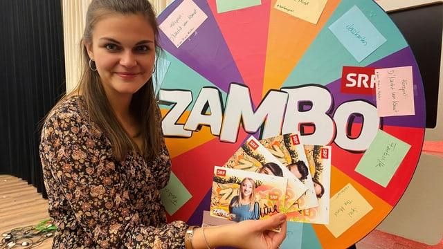Zambo Moderatorin Angela Haas im Radiostudio mit Autogrammkarten in der Hand