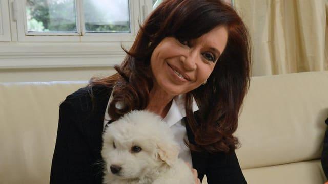 Kirchner präsentiert ein Geschenk vom verstorbenen kolumbianischen Präsidenten: Ein junger Hund.