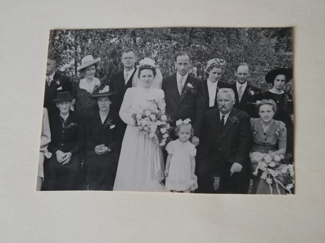 Hochzeitsfoto in schwarzweiss mit Brautpaar und Angehörigen