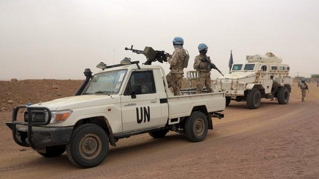 UNO-Blauhelme mit Maschinengewehren
