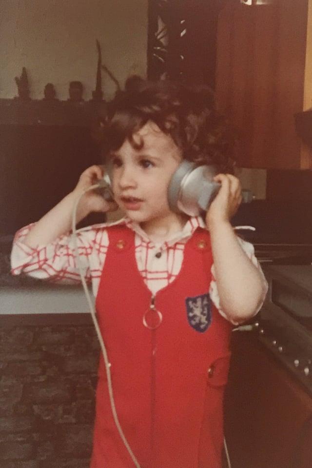 Der kleine Philippe Gerber mit Kopfhörern auf dem Kopf.