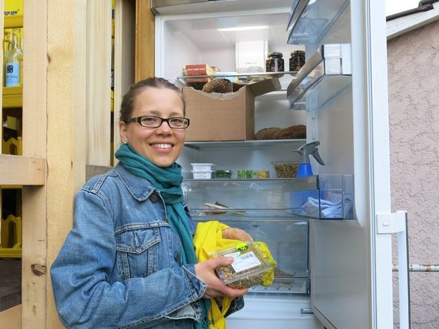Kathrin Michel vor dem Gemeinschaftskühlschrank in der Berner Lorraine