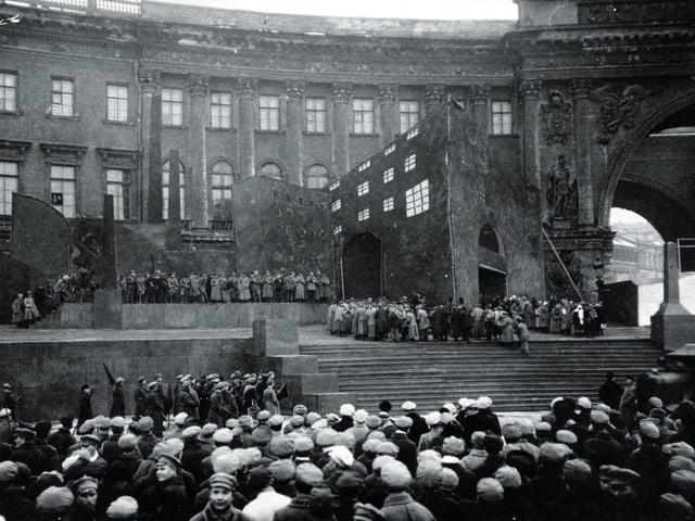 Rote Bühne: Arbeiter strömen in Massen aus der Fabrik