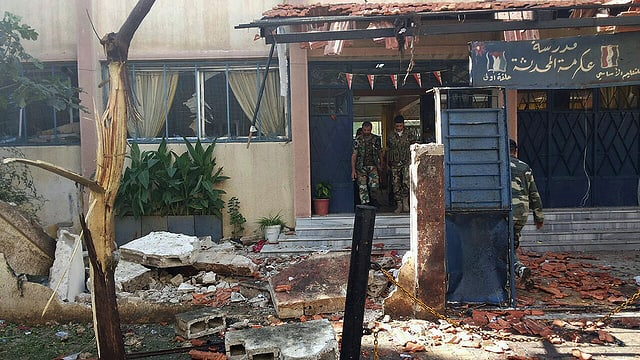 Trümmer auf dem Vorplatz des Schulgebäudes.