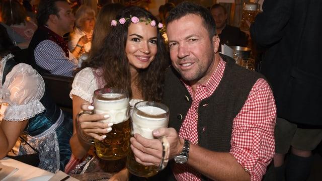 Lothar Matthäus mit seiner Anastasia in Tracht am Oktoberfest.