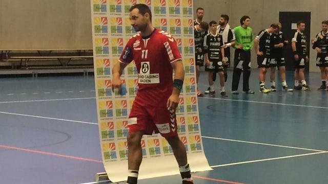 Ein Spieler läuft vor einem Plakat hindurch