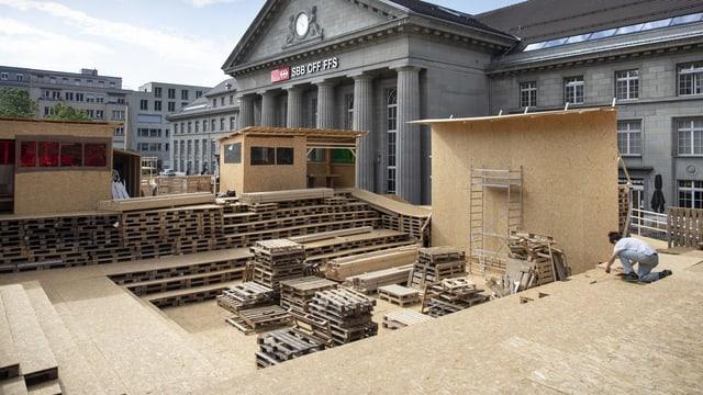 Eine Holz-Paletten-Bühne mit Publikumsbühne.