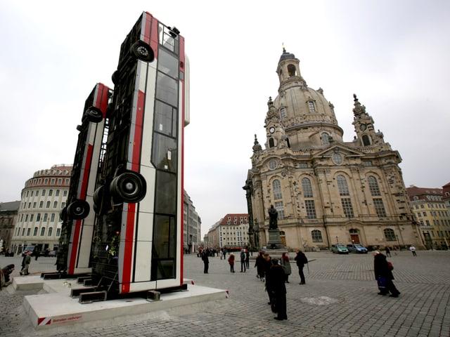 Die aufgerichteten Busse in Dresden.