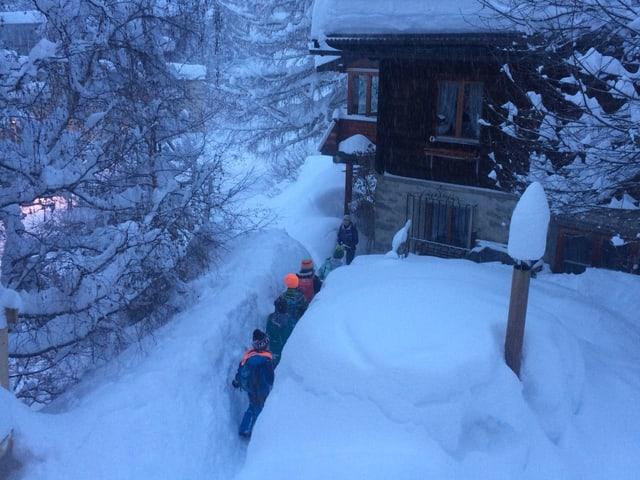 Kinder laufen durch den Schnee-