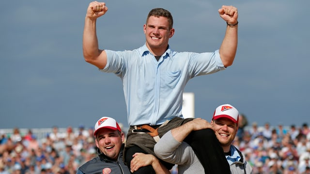 Remo Käser auf den Schultern seiner Teamkollegen.