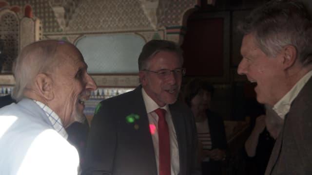 Drei ältere Herren treffen sich.