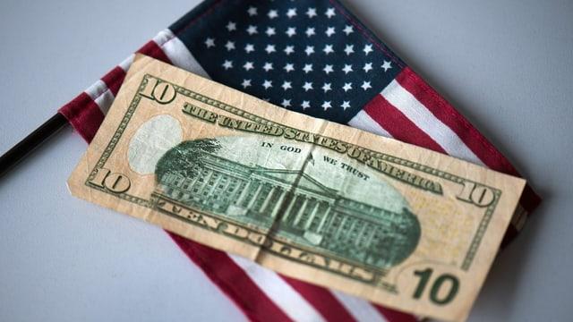 Ein US-Flagge und ein 10-Dolalr-Schein.