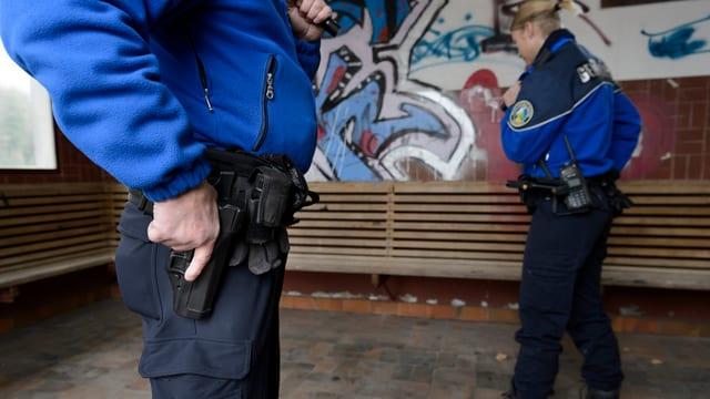 Fin uss ha las polizias chantunalas surtut pistolas sco armas.