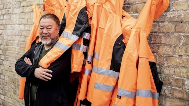 Ai Weiwei steht vor gelben Westen.