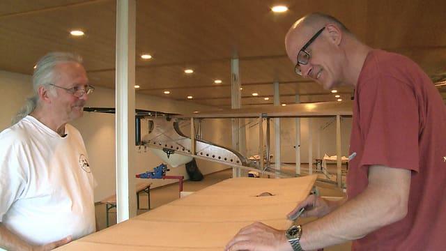 Kuno Schaub und Isidor von Arx bearbeiten den Flügel des Nieuport-Flugzeugs.